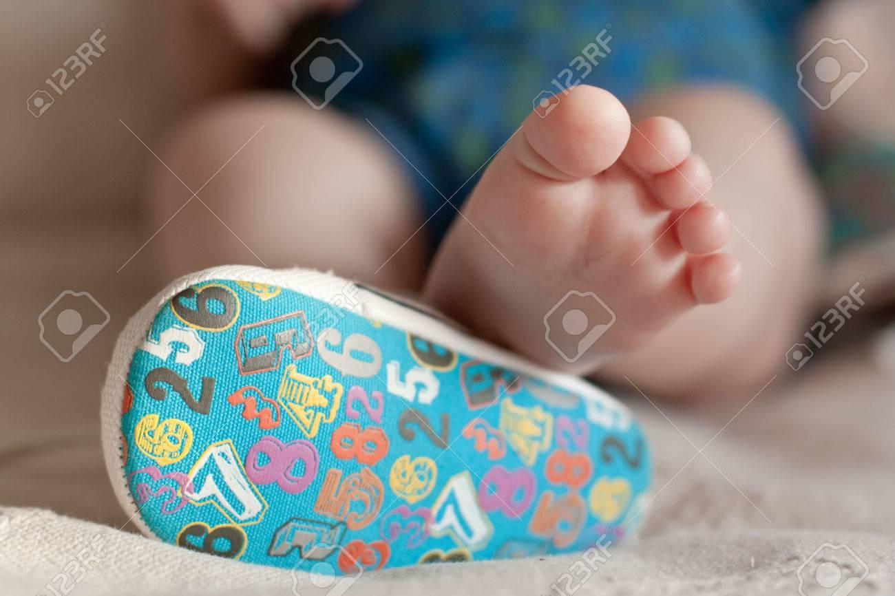 chaussures de course prix favorable acheter réel Un gros plan de petits pieds de bébé. Gros plan sur titre adorable bébé  chaussures