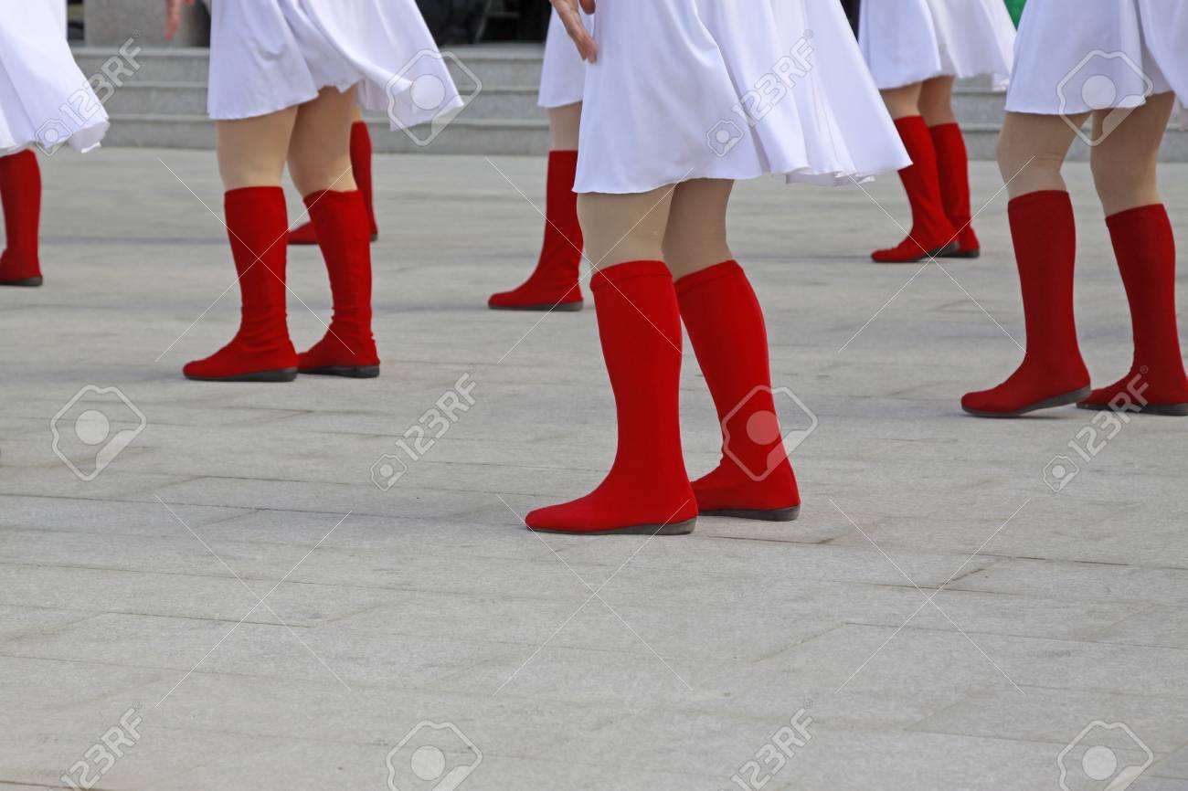 más fotos 56b43 e1a93 Pantalón blanco y botas rojas, primer plano de la foto