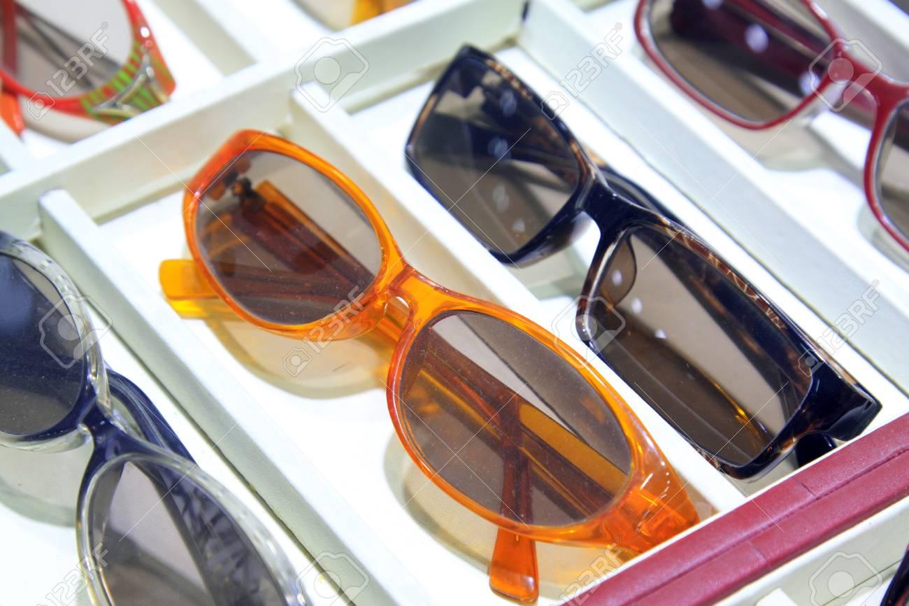 Farbe Rahmen Sonnenbrille Im Regal, Großansicht Des Fotos ...