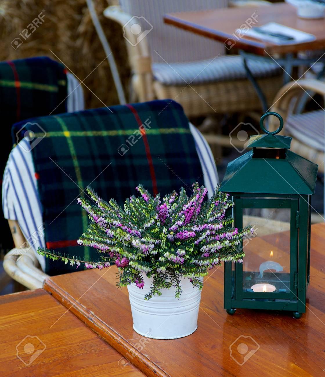 Immagini Stock Elegante Rustico Caffe Con Tavoli In Legno Verde Lampada Da Tavolo Vaso Da Fiori Di Lavanda E Il Plaid Checkered Sulla Sedia Esterna Image 46074167
