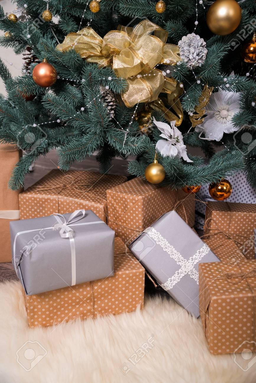 Scatole Per Regali Di Natale.Immagini Stock Molte Scatole Con Regali Di Natale Sotto L Albero