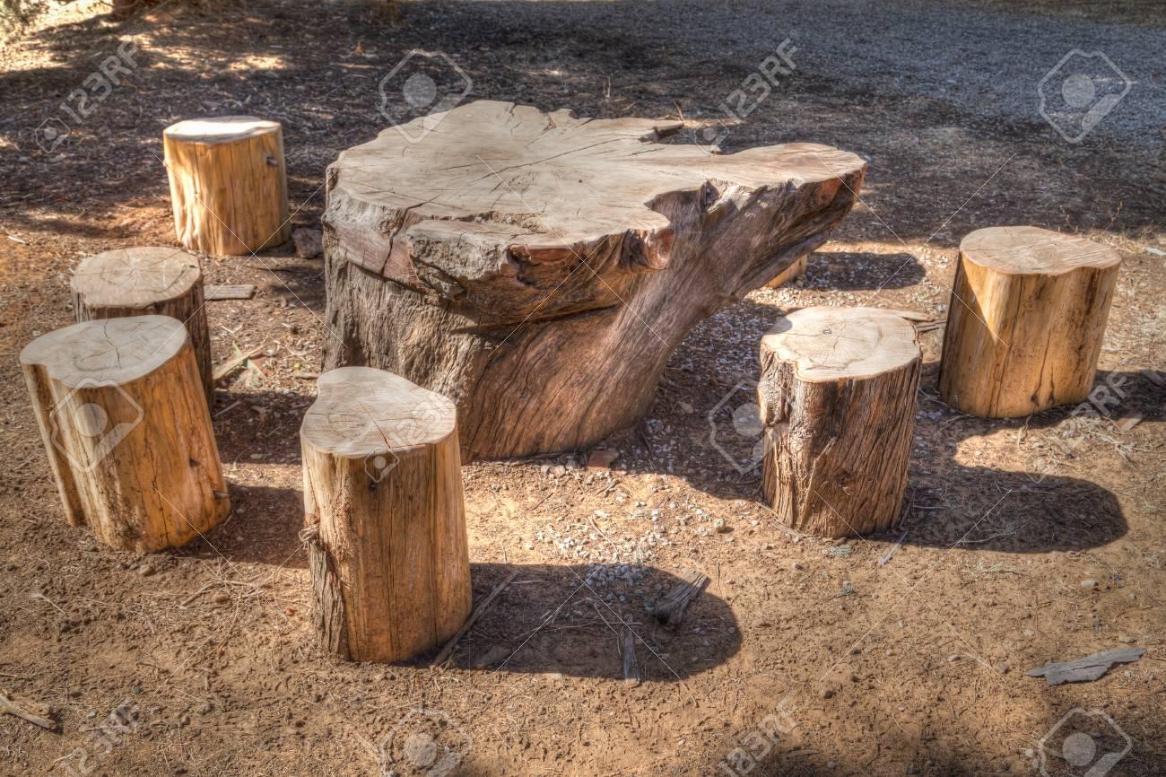 Immagini Stock Un Tavolo E Sedie In Un Area Pic Nic Fatta Di Tronchi Di Legno Abbattuti Effetto Pittorico Image 60157623