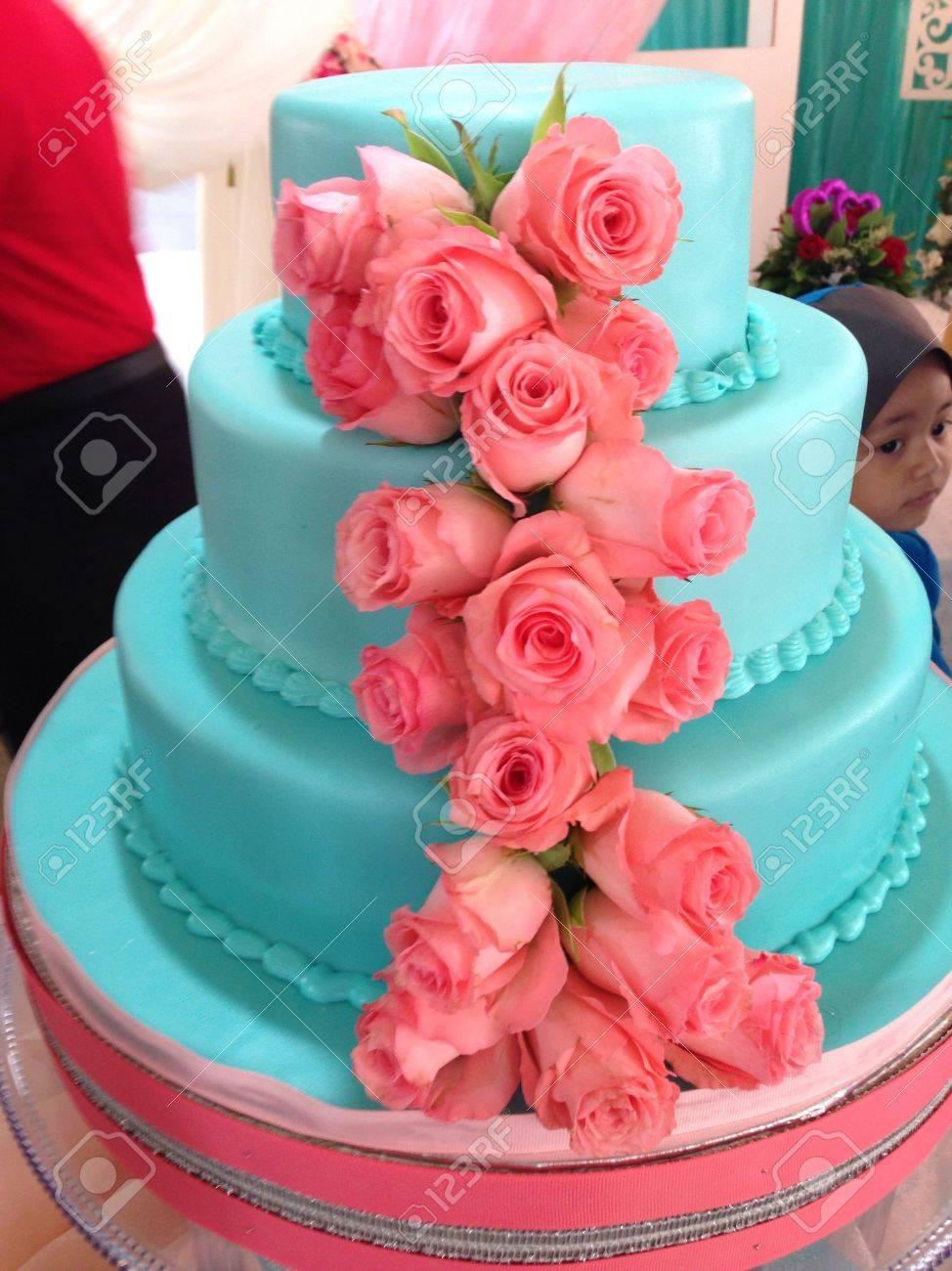 Eine Susse Blaue Hochzeitstorte Mit Rosen Lizenzfreie Fotos Bilder