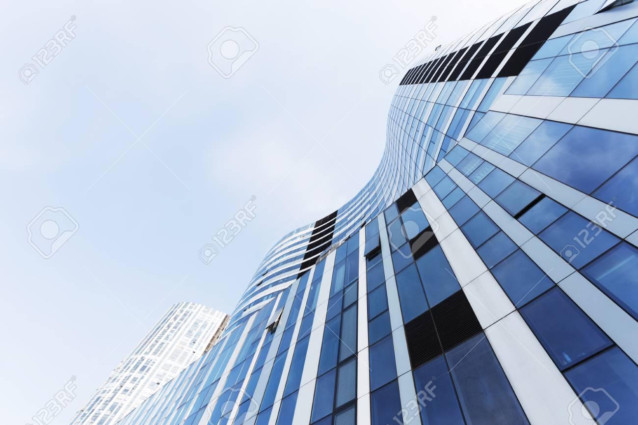 Ufficio Per Esterni : Guardando l ufficio moderno edificio per uffici esterno e cielo