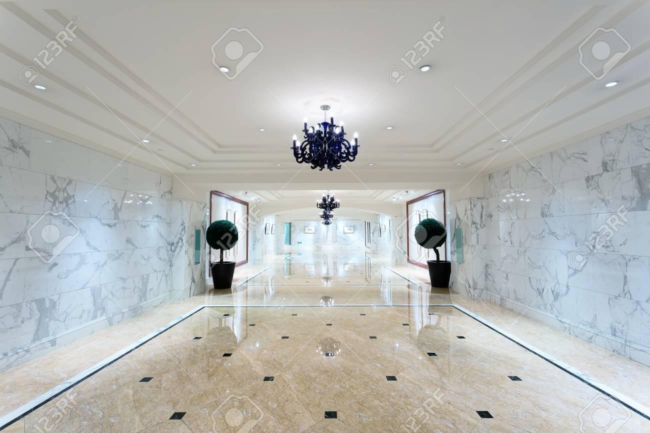 Decoratie Interieur Corridor : Luxury hotel corridor interior with elegant decorations stock