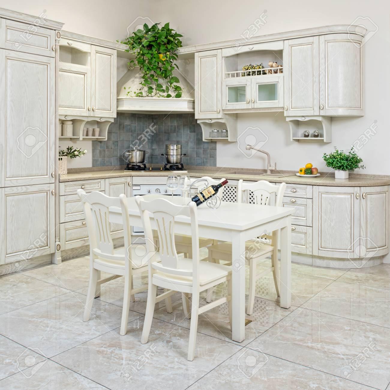 Interno e mobili moderni della cucina