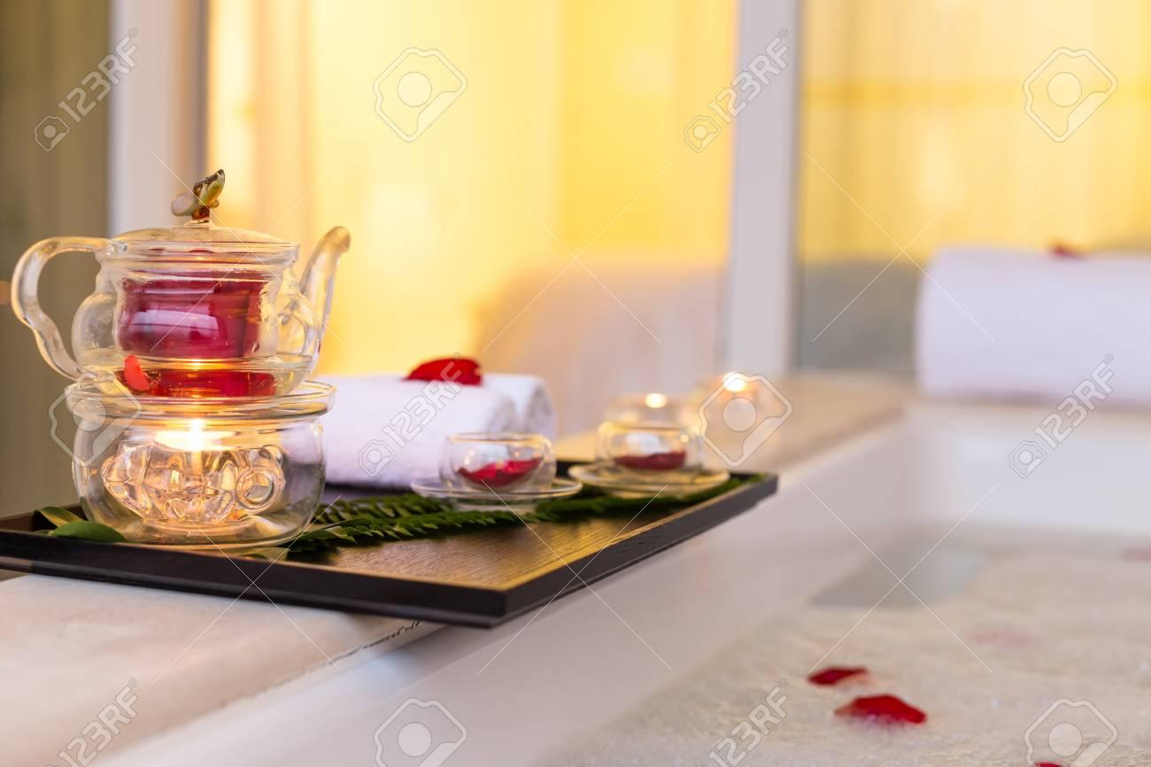 Vasca Da Bagno Rosa : Piastra con teiera sul bella vasca da bagno bianco in cui rosa che