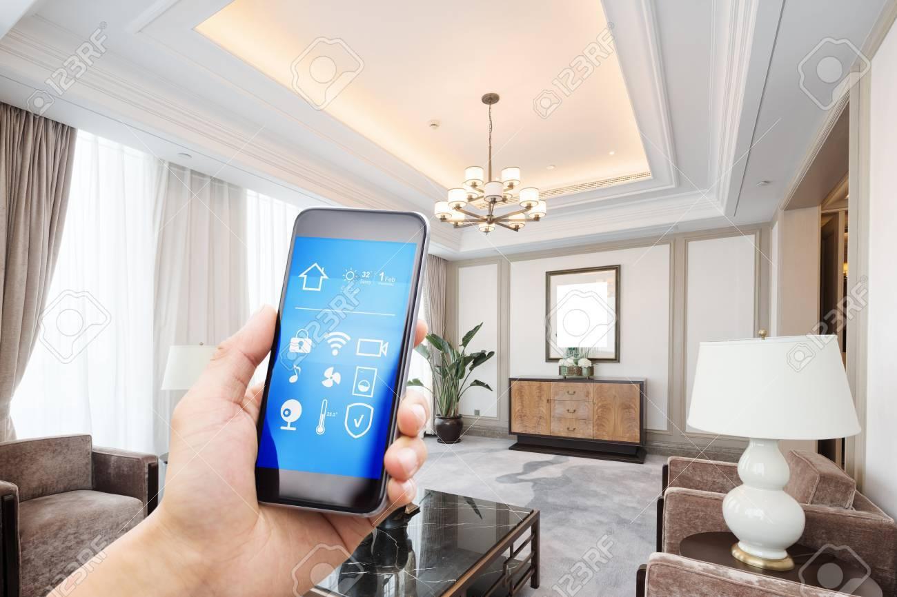 Téléphone Mobile Avec Des Applications Sur Une Maison Intelligente ...