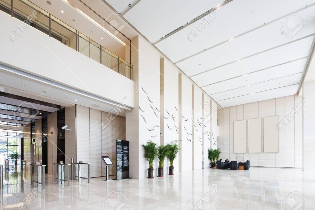 Intérieur du hall d\'entrée spacieux et lumineux dans un immeuble de bureaux  moderne