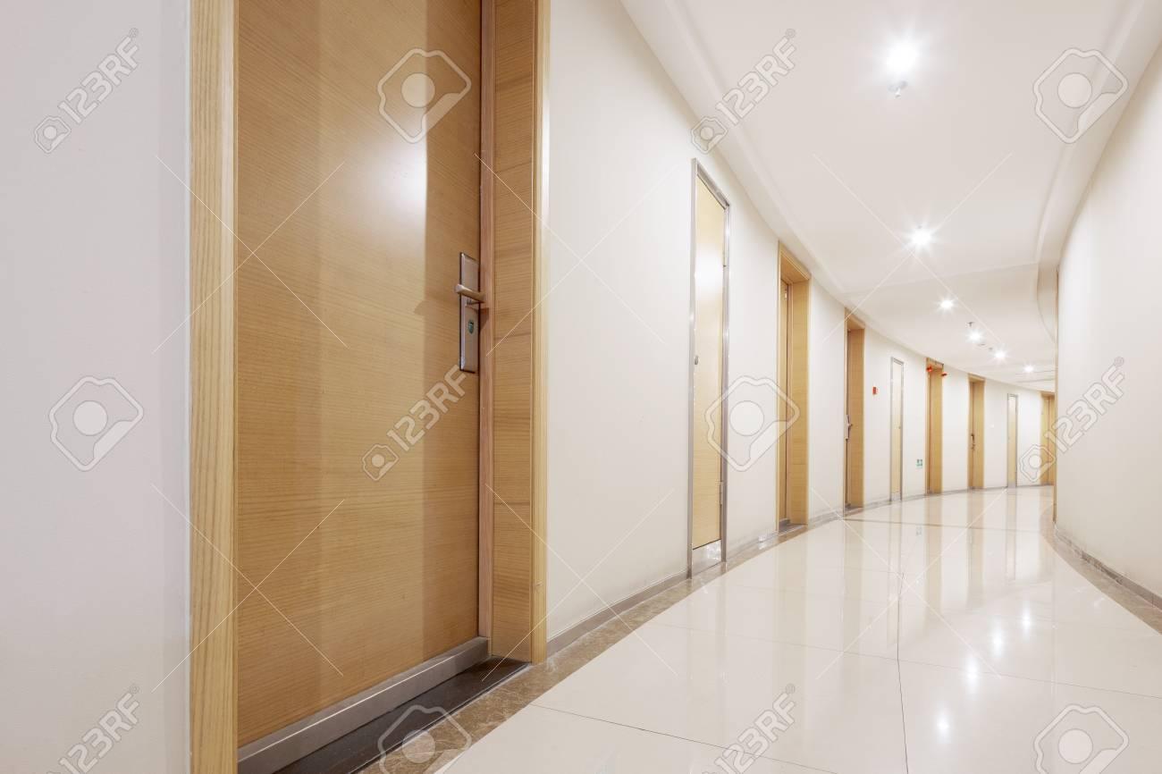 Vide Long Couloir Moderne Avec De Nombreuses Chambres Banque D ...