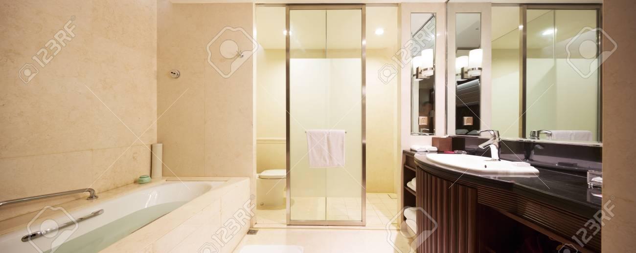 La Decoración Y El Diseño Del Cuarto De Baño Moderno Fotos, Retratos ...