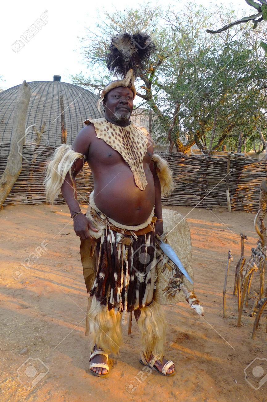Zulu Shakaland シュシュルウェ、南アフリカ - 9 月 14 日: ズールー語長槍と盾 Shakaland