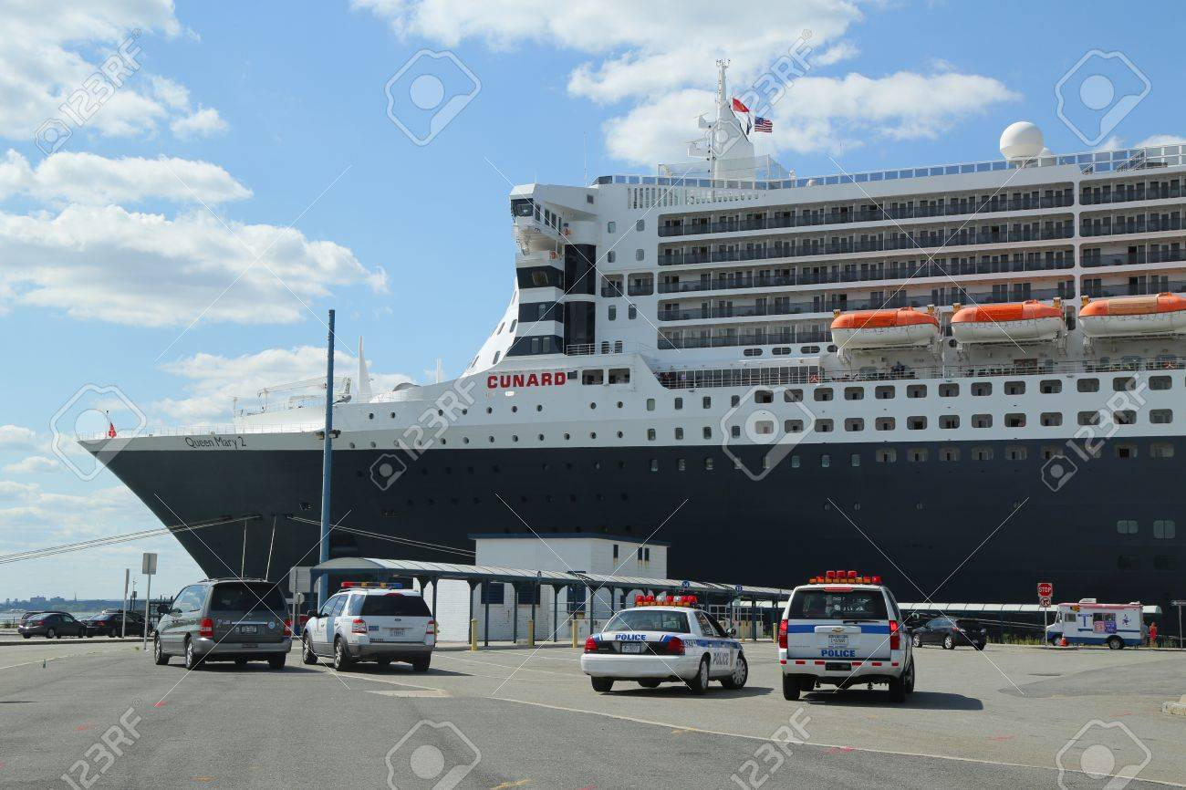 News generales croisiere et mer.. peut etre en traduc auto  - Page 21 21486664-NEW-YORK-CITY-AUGUST-15-Port-Authority-Police-New-York-New-Jersey-providing-security-for-Queen-Mary--Stock-Photo