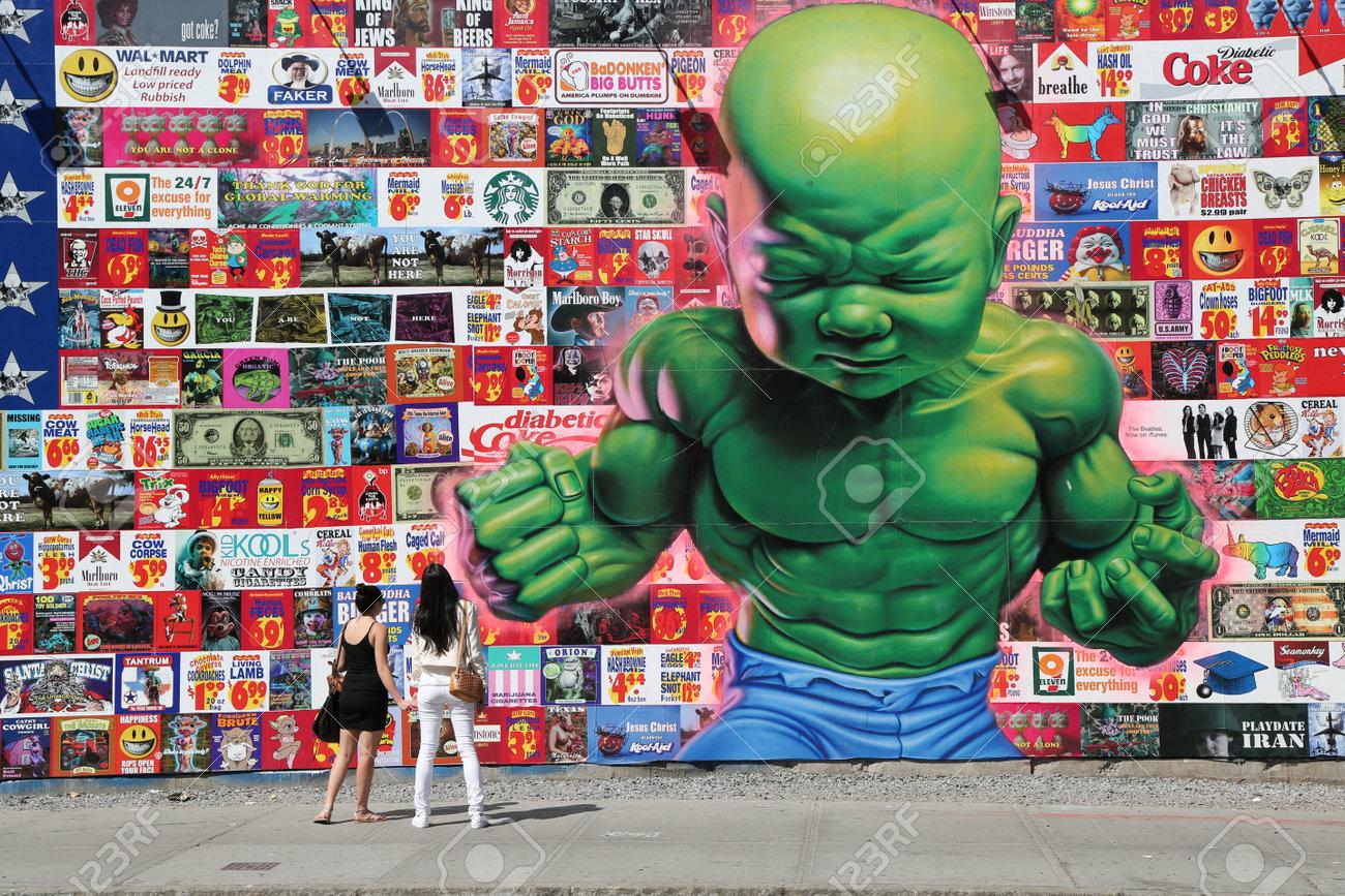 New York 14 Mai 2015 Les Touristes Prises Image De La Peinture Murale Tempertot Par Le Célèbre Artiste De Rue Ron Anglais à Houston Street à