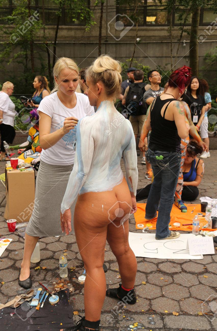 Dibujando el cuerpo 42533422-nueva-york-18-de-julio-2015-artistas-pintar-100-modelos-totalmente-desnudos-de-todas-las-formas-y-ta