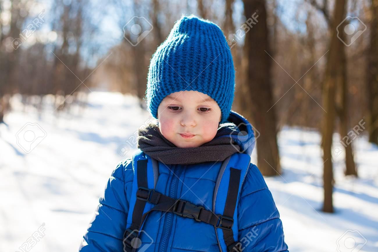 Incroyable Portrait De Petit Garçon Dans Le Bonnet En Tricot Bleu En Hiver BJ-12