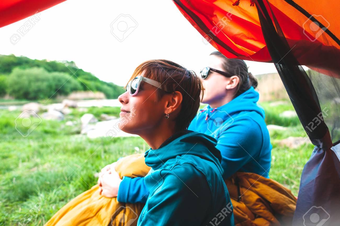 Член в палатке с подругами видео