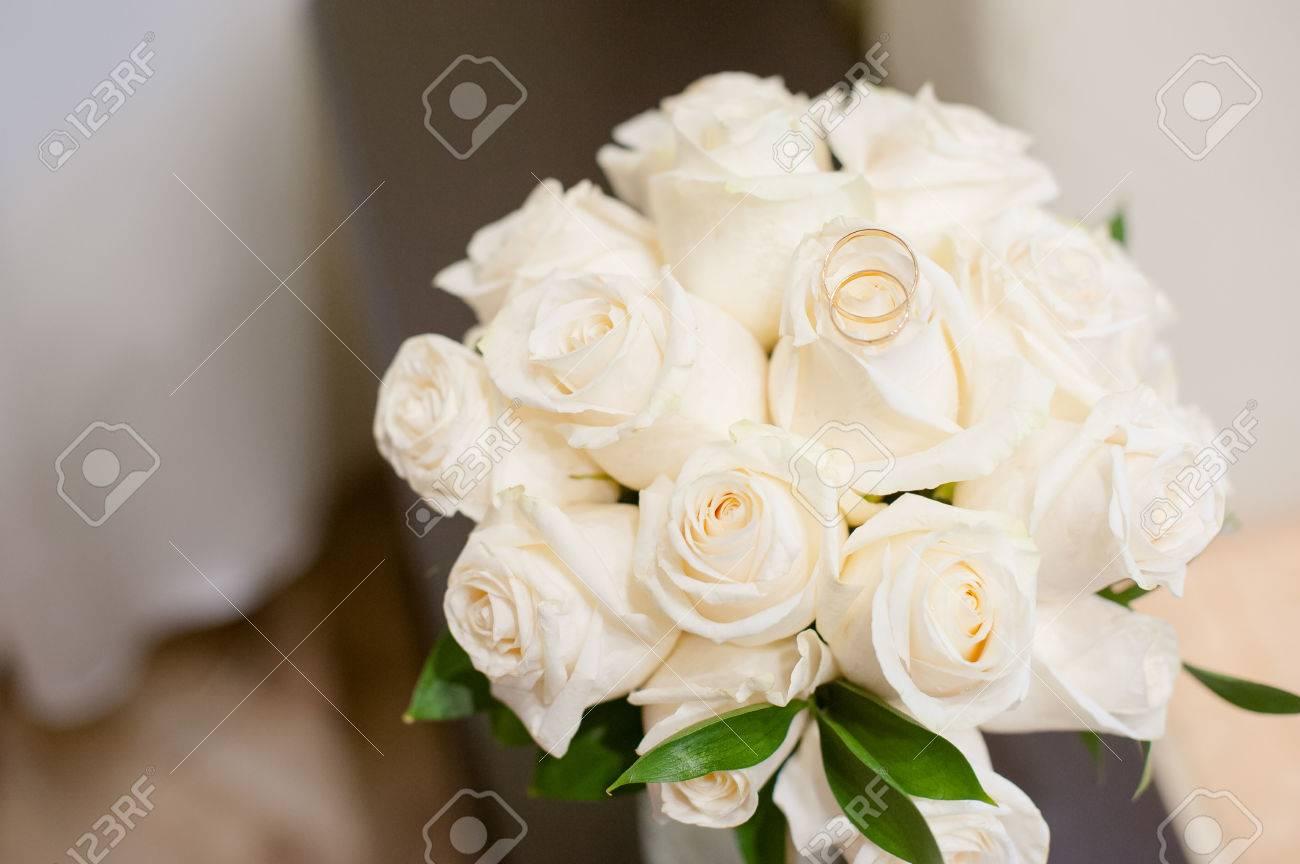 Brautstrauss Und Brautpaar Ringe Ehe Ringe Auf Den Weissen Rosen