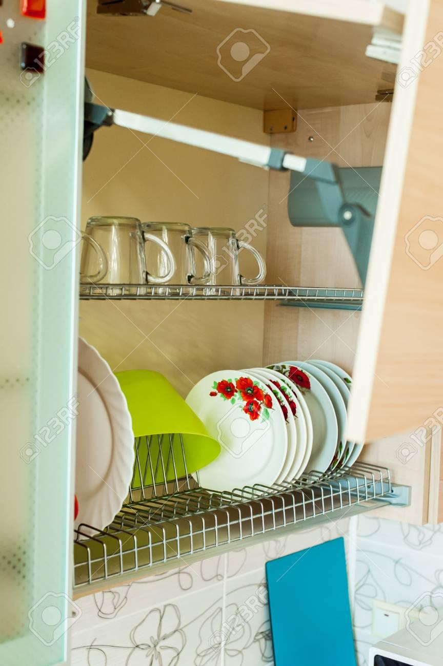 Kuchengerate Und Interieur Ein Schrank Mit Geschirr Tassen Und Teller Lizenzfreie Fotos Bilder Und Stock Fotografie Image 88792703