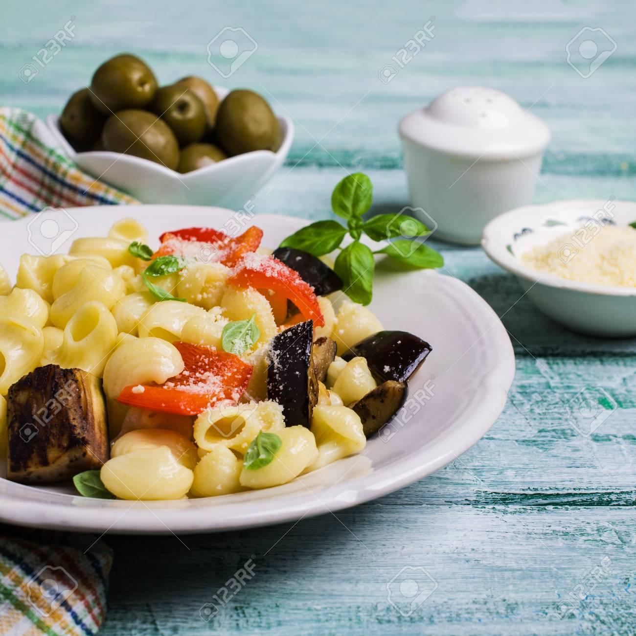 Traditionelle Italienische Pasta Mit Gemüse Und Käse In Einer