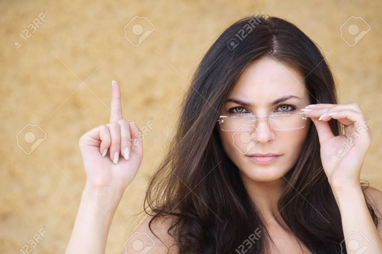 Строгая брюнетка в очках с ра 9 фотография
