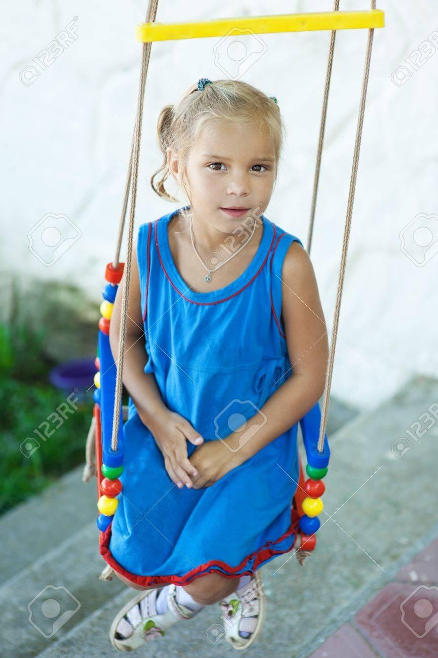 banque dimages portrait de belle petite fille sur la balanoire dans le parc de la ville pour les enfants