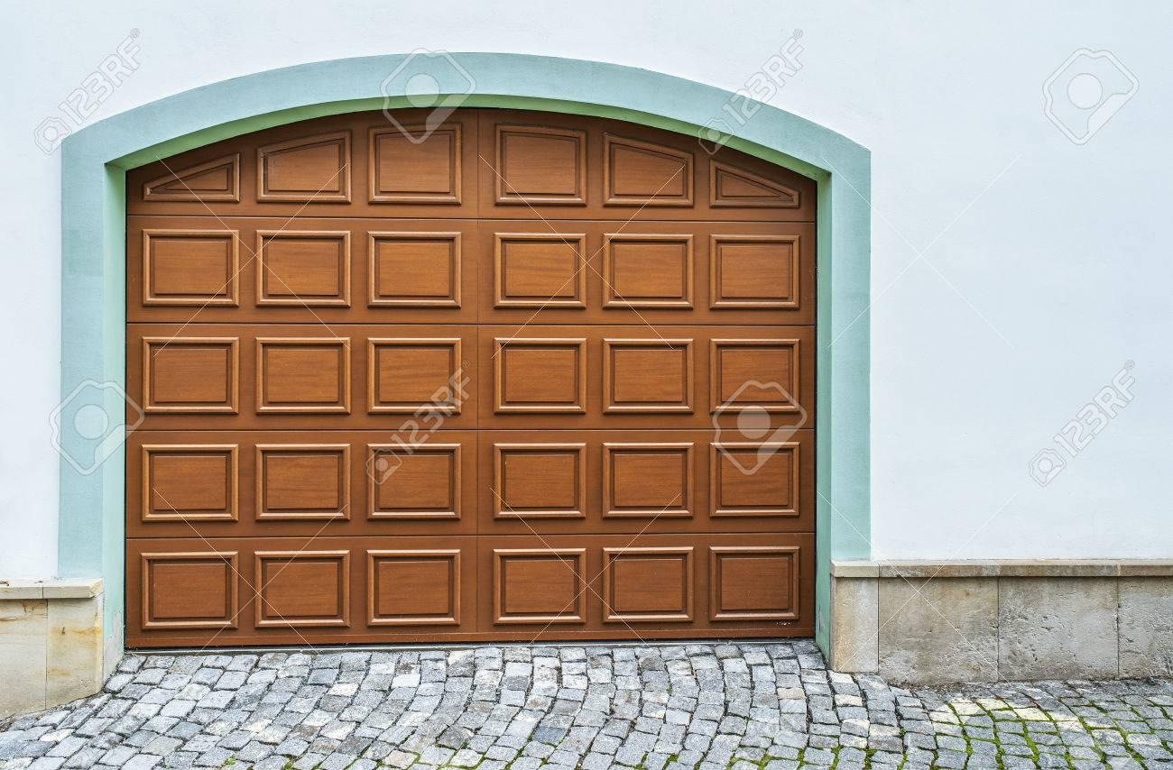 Cintrées portes de garage en bois dans une maison moderne.