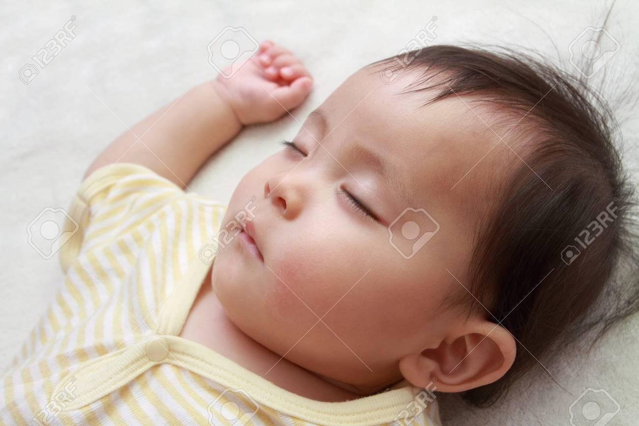 Sleeping Japanese baby girl (0 year old) - 41200349