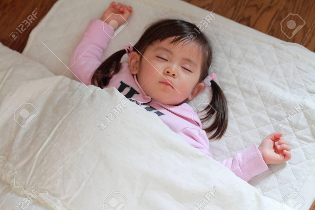sleeping Japanese girl (2 years old) - 76410091