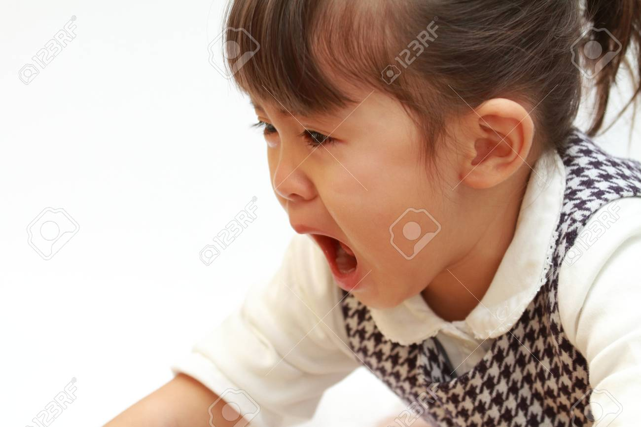 crying Japanese girl (3 years old) - 89717646