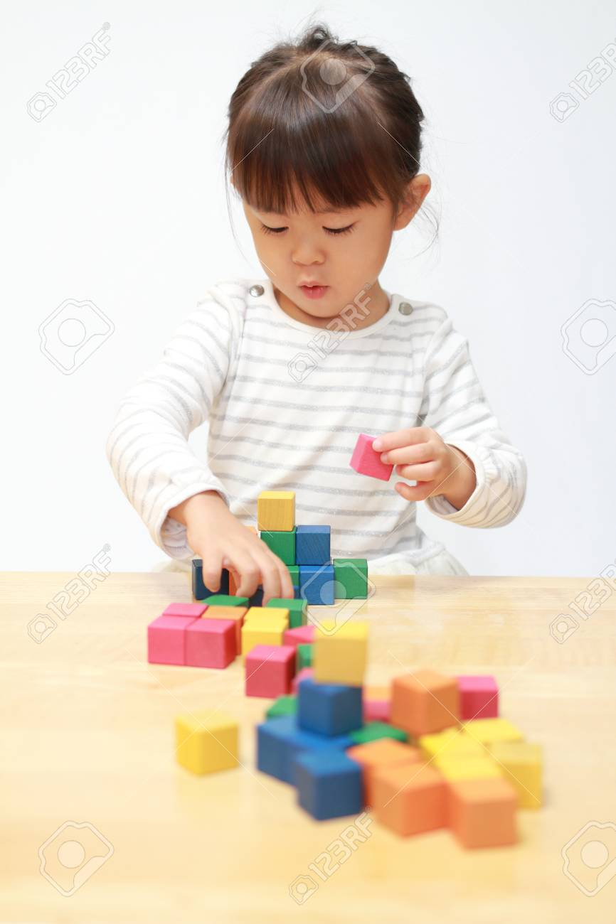 Japanese girl playing with blocks (3 years old) - 91855982