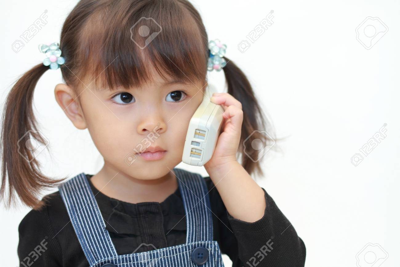 japanese girl ï alking on the phone 3 years old ロイヤリティー