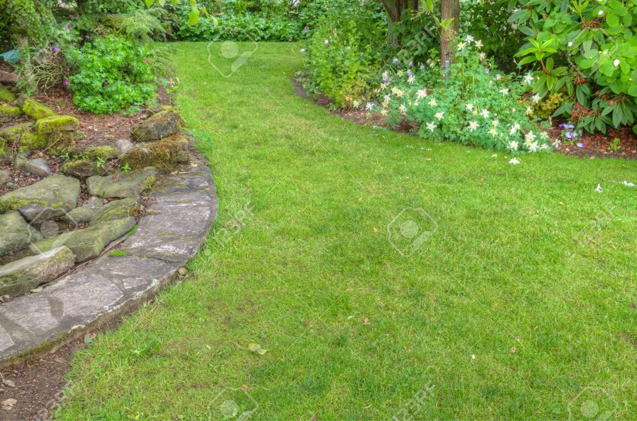 Een tuin scène met stenen randen bloemperken royalty vrije foto