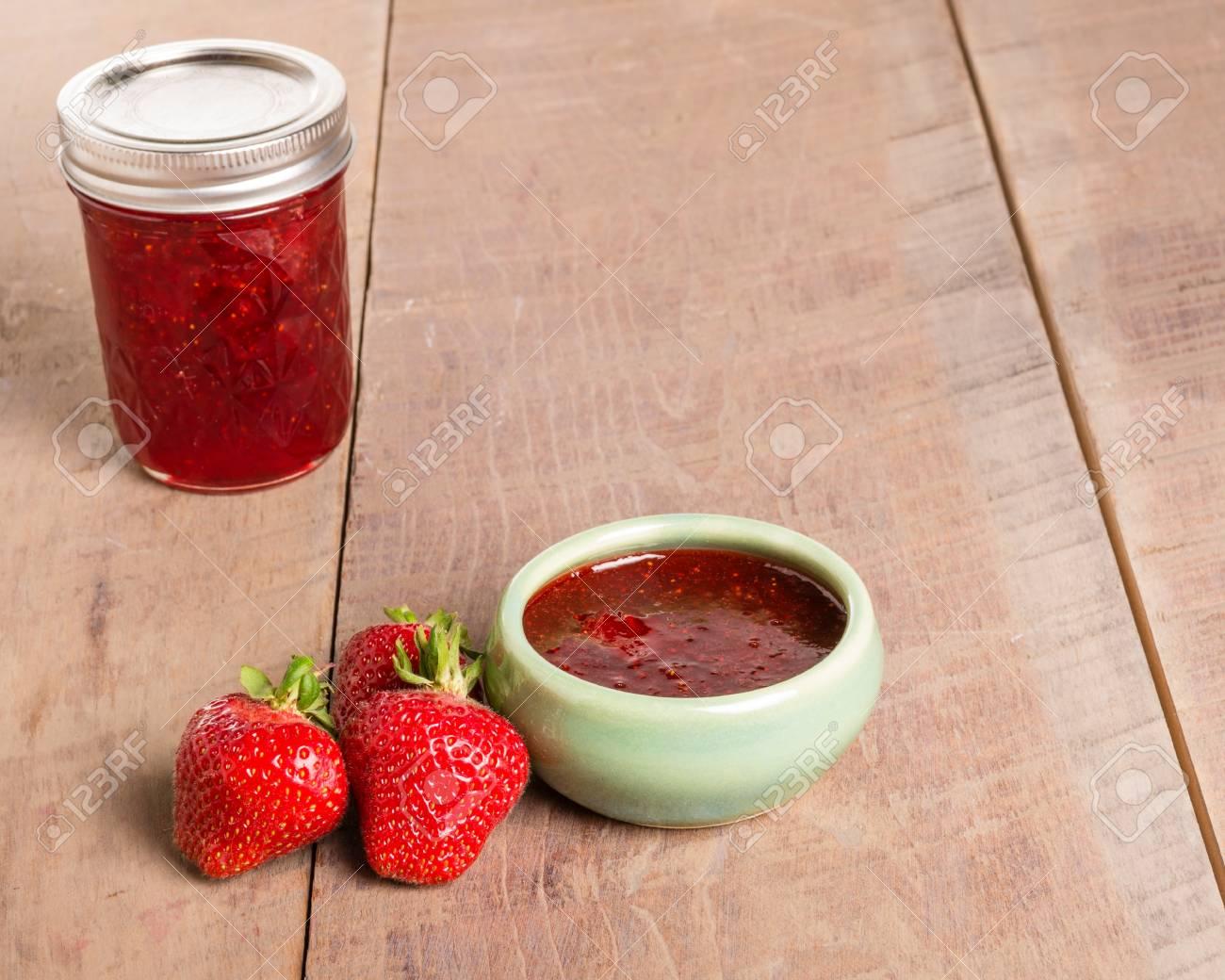 Frische Erdbeeren Und Selbstgemachte Marmelade Oder Gelee