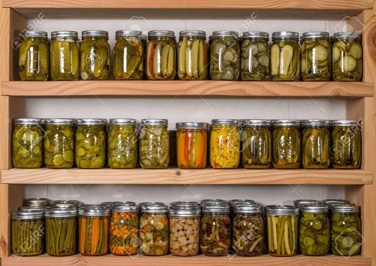 estanteras de almacenamiento de despensa con conservas caseras de frutas y verduras en conserva foto de