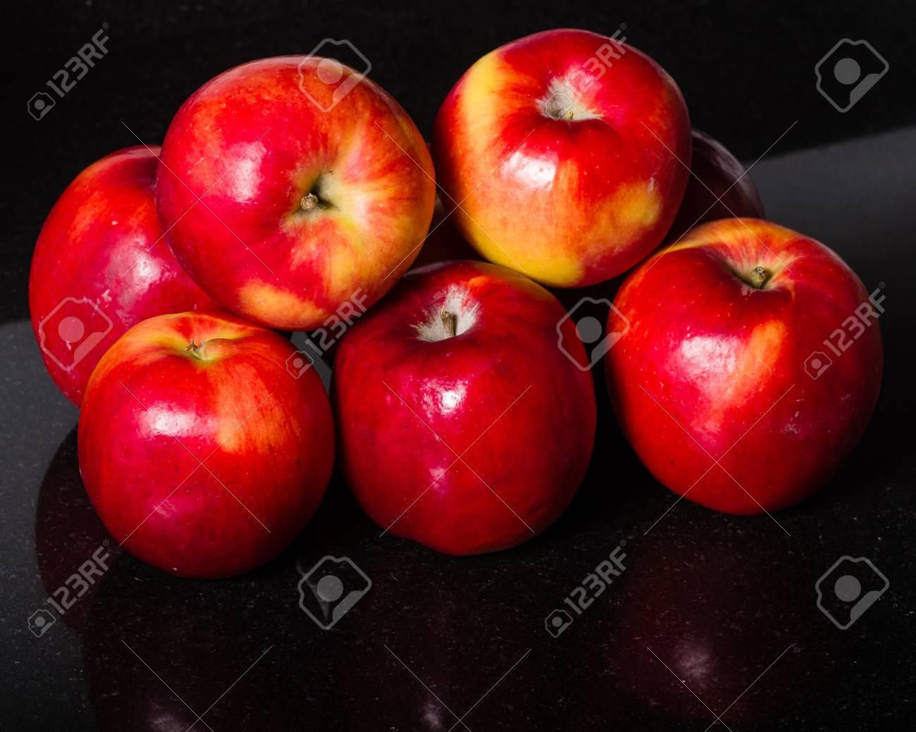 Gruppe Von Roten Apfeln Auf Einem Schwarzen Granit
