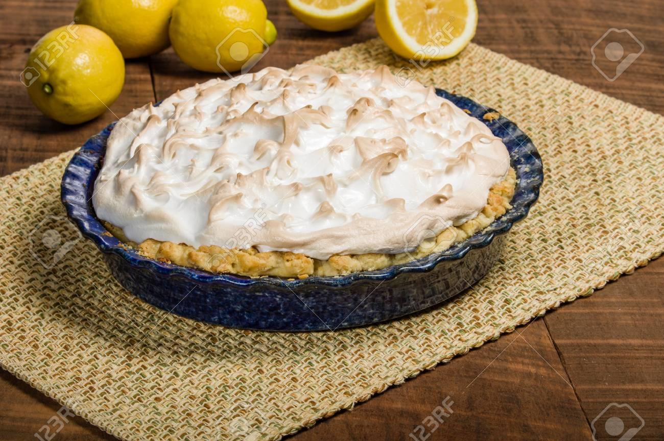 Zitrone Fullung Kuchen Mit Baiserhaube Lizenzfreie Fotos Bilder Und
