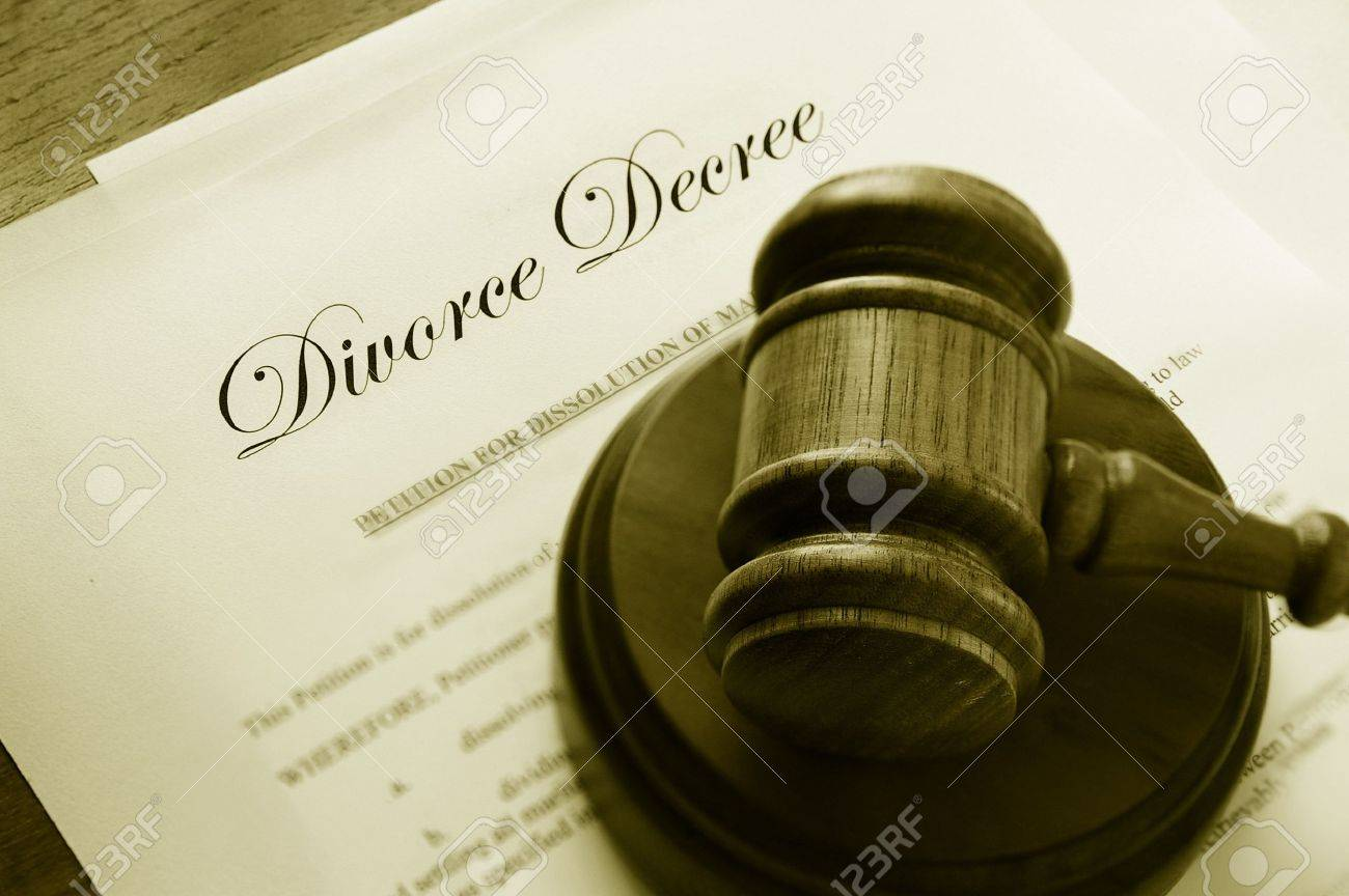 Legal gavel on top of divorce papers Stock Photo - 7741359