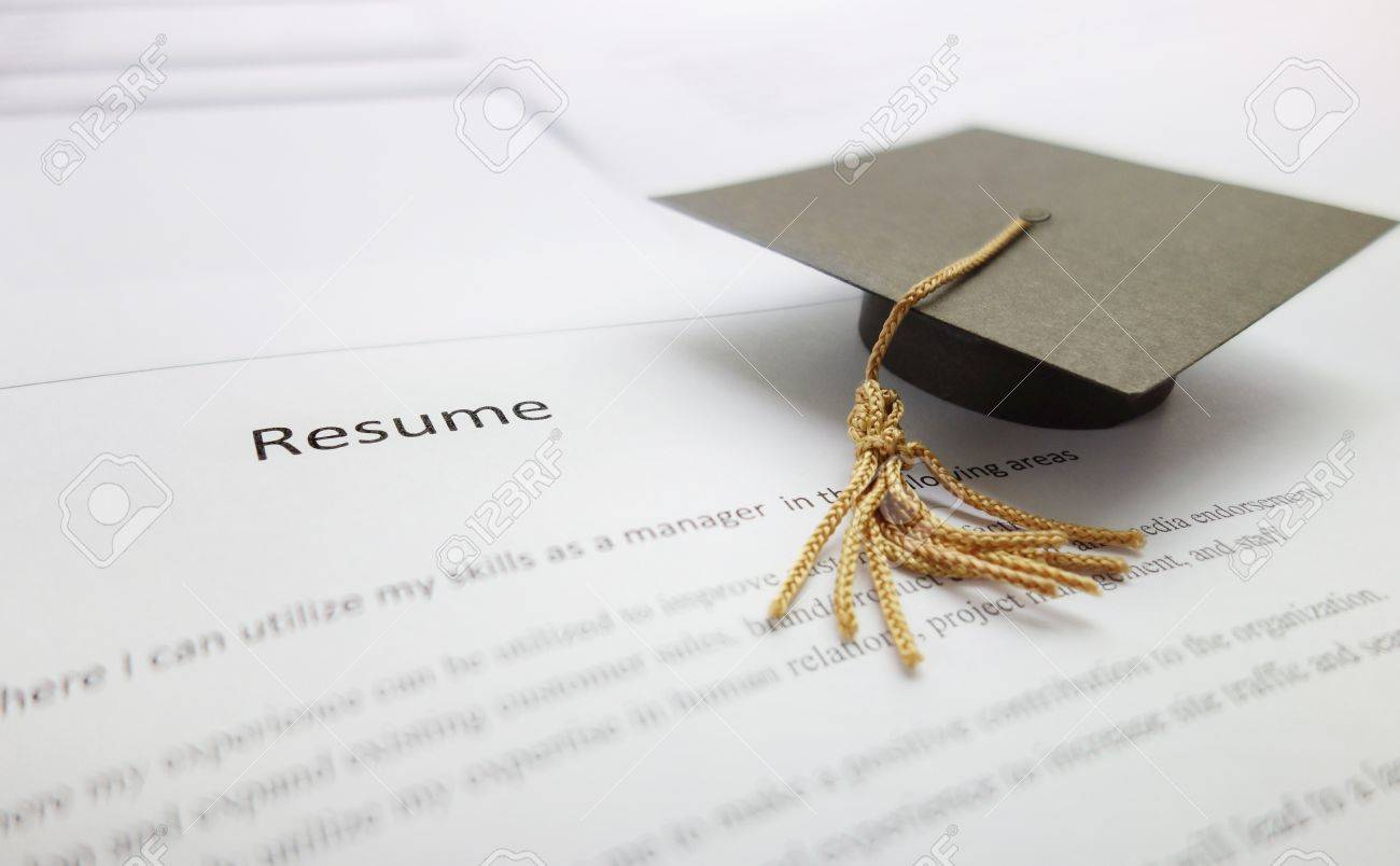 Kleine Graduierung Kappe auf einem Lebenslauf - neuer  Universitätsabsolvent-Konzept Standard-Bild - 31738820