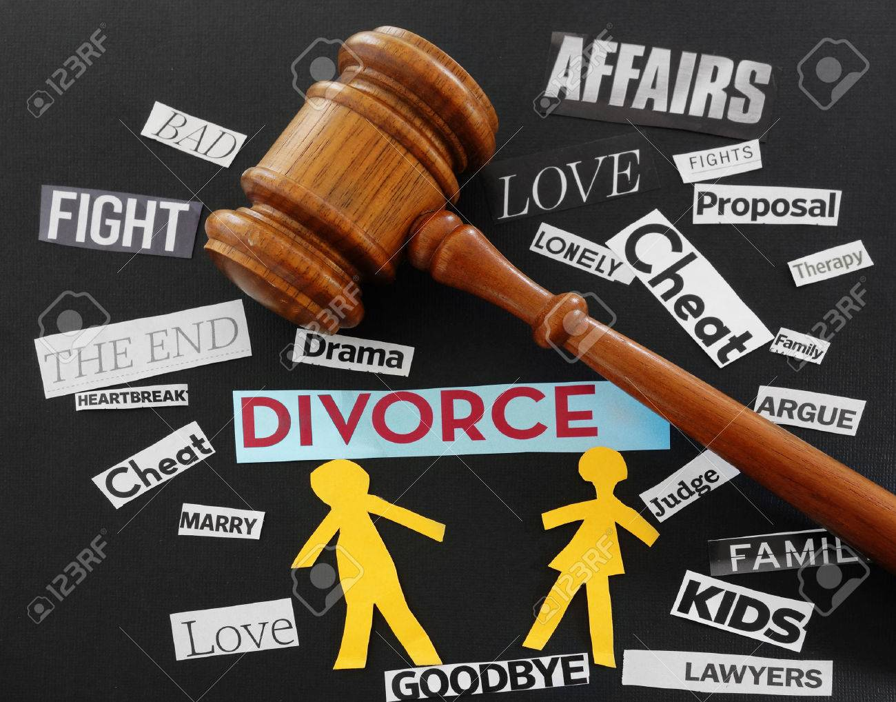 Paper couple with gavel and divorce related messages - 34631342