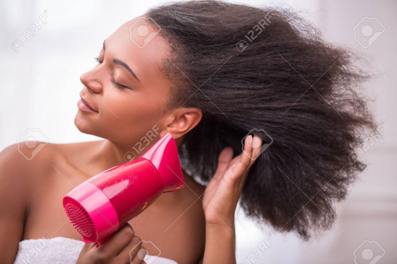 Belle Fille Fonce Peau Seche Soufflant Ses Cheveux Avec Un Seche