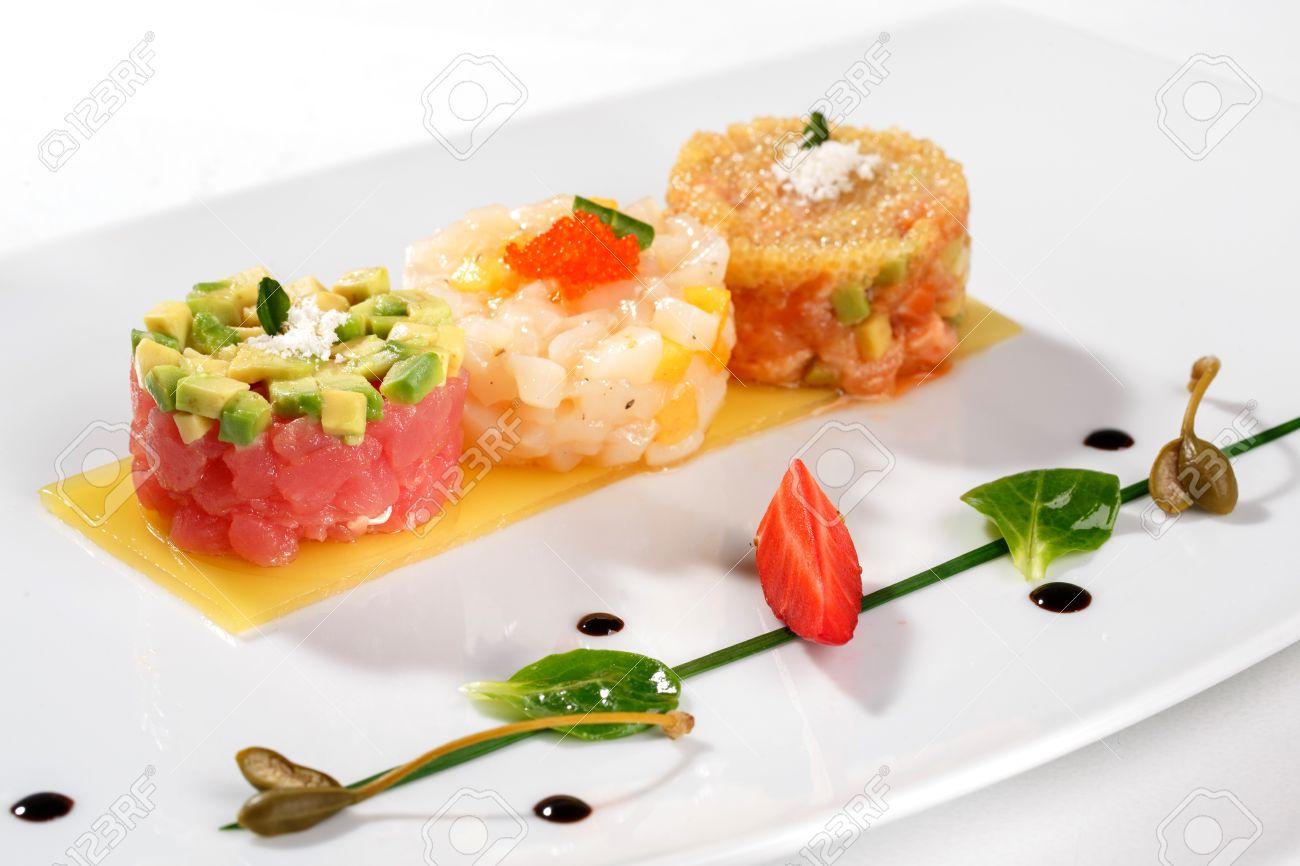 Cocina Europea. Tartar De Atún, Aguacate, Salmón Y Caviar Decorado ...