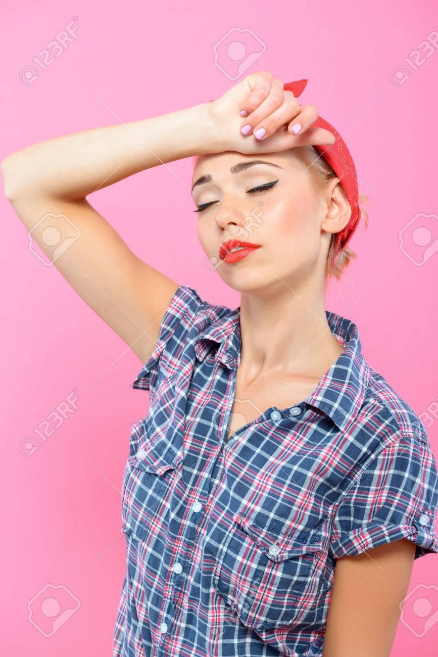 retrato de una bella rubia pin up chica con cola de caballo y pauelo rojo que