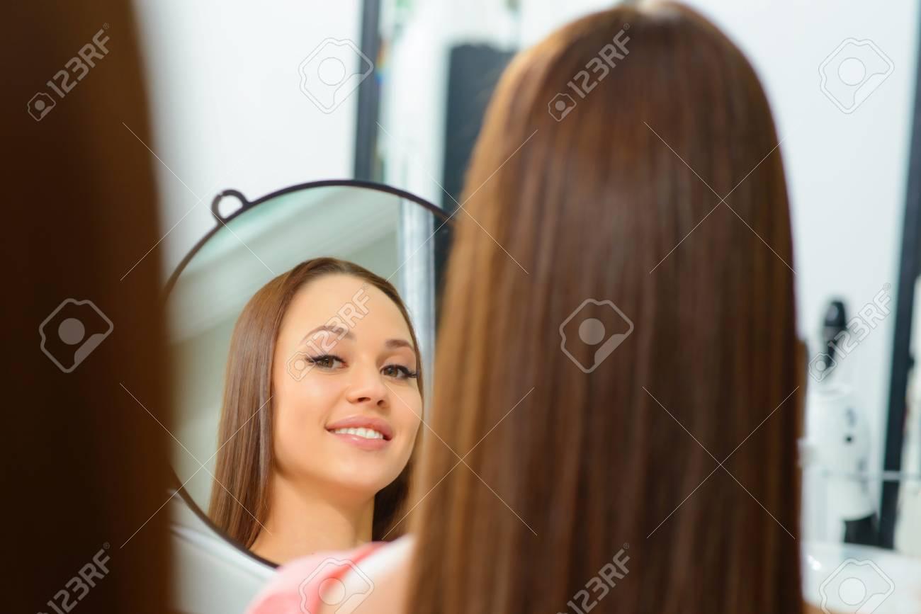 Client Satisfait. Jeune Femme Séduisante Grimace Tout En Admirant ...
