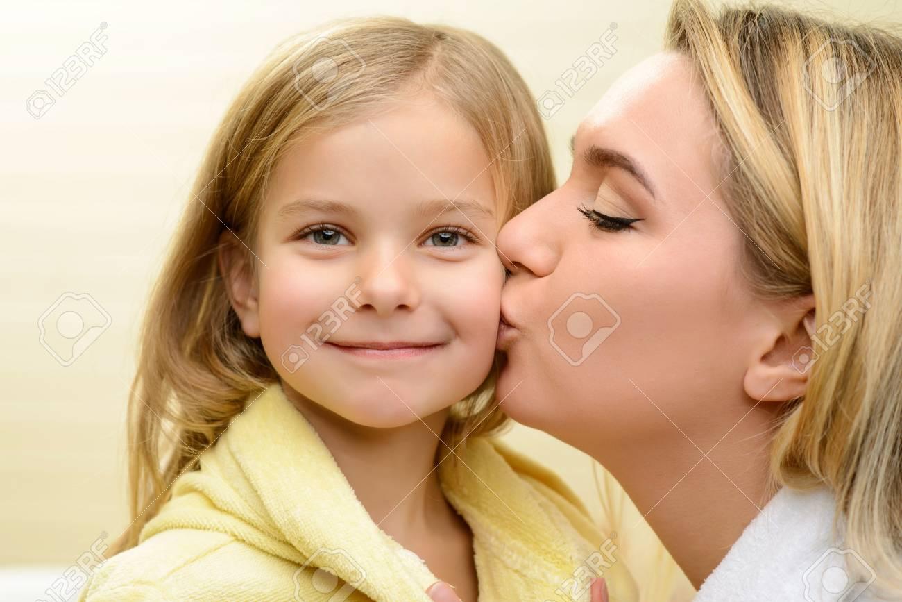 Liebe Dich Sehr Pleasant Liebende Mutter Kussen Ihre Tochter Und