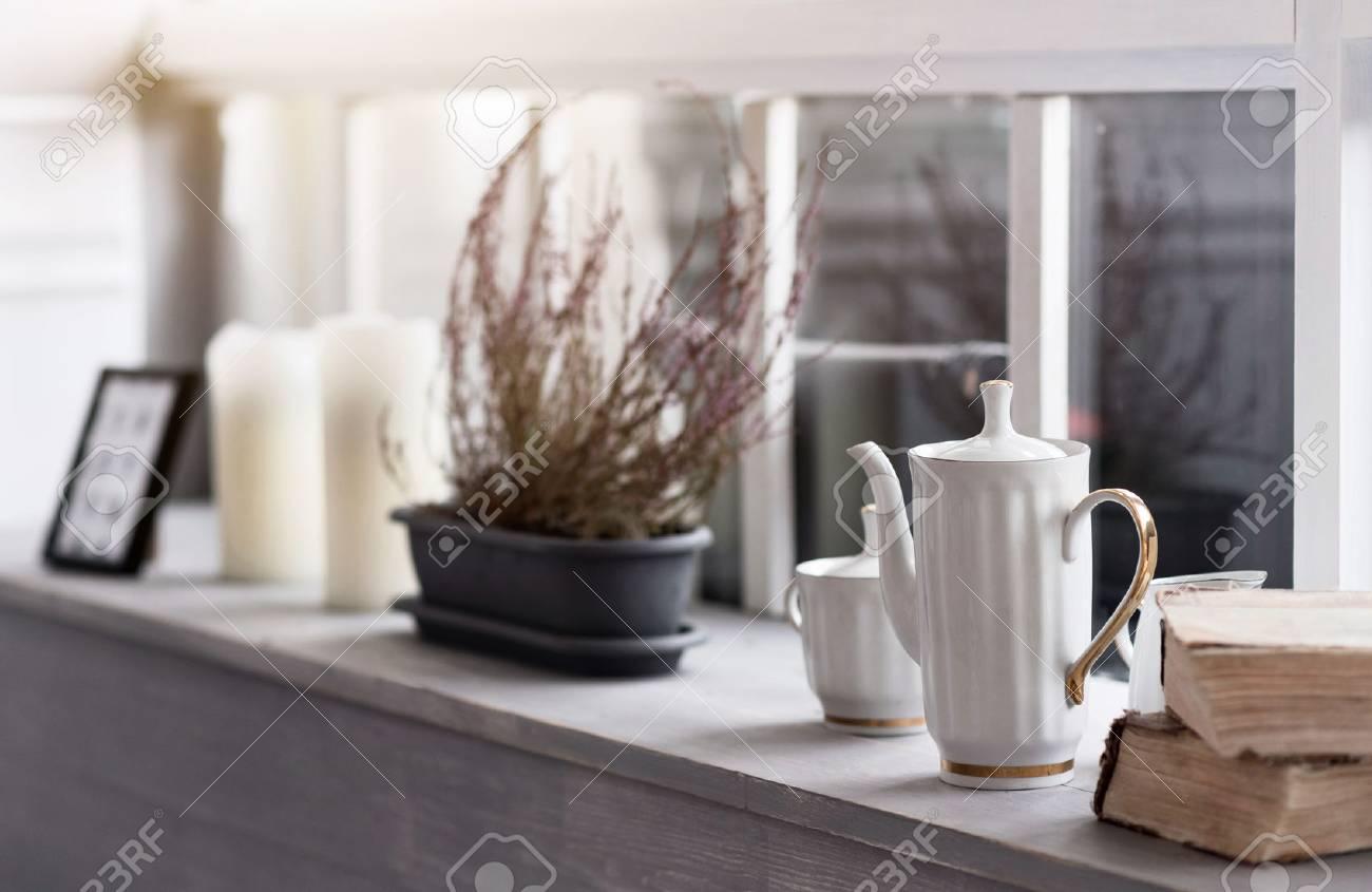 Der Herbst Kommt. Close Up Bild Der Grauen Holzfensterbank Mit ...