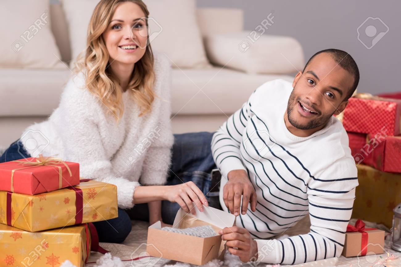 Weihnachtsgeschenke. Schöne Fröhliche Junge Paar In Ihre Geschenke ...