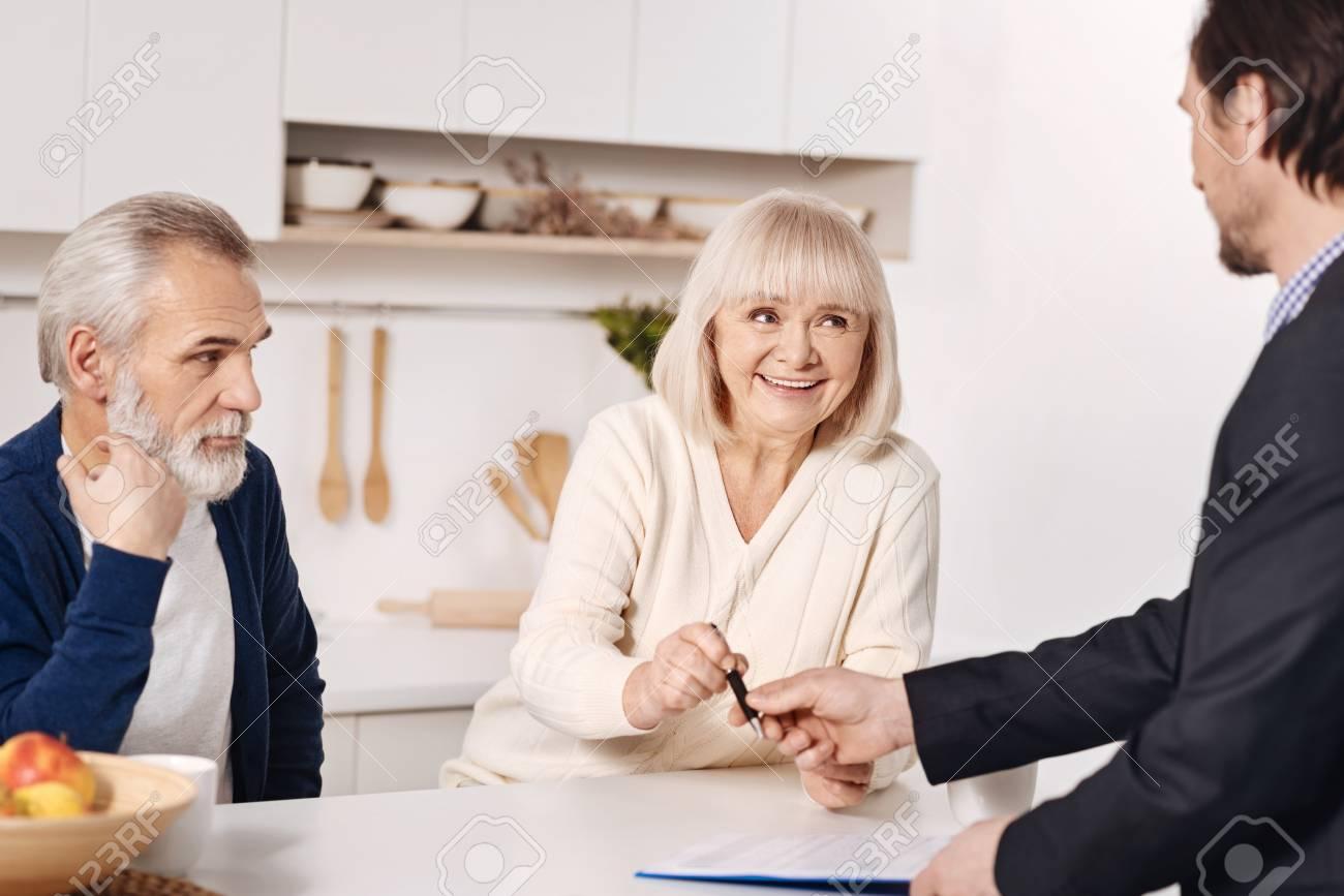 a9be5820a2d Banque d images - Conseiller en sécurité sociale en accord avec un couple  de personnes âgées