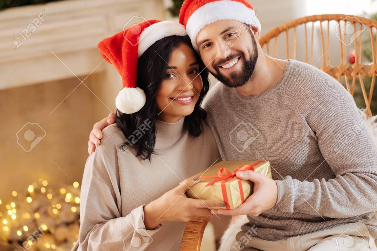 Glückliche Internationale Paare, Die Mit Weihnachtsgeschenk ...