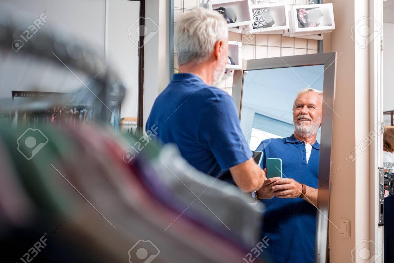 móvil mirando de el archivo el usa gris de que que Foto de teléfono Selfie de pelo ropa hombre tienda de teléfono sexi maquillaje la vestir en mientras qxw7SUC